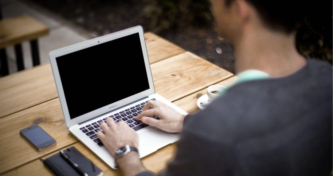 O marketing pessoal online é atualmente uma importante ferramenta de promoção pessoal e geração de novos negócios. Veja neste artigo quais são os principais pontos a serem levados em consideração na hora de montar sua estratégia de marketing pessoal na Internet.